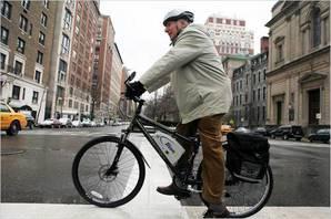 Пожилой человек едет по городу на электровелосипеде